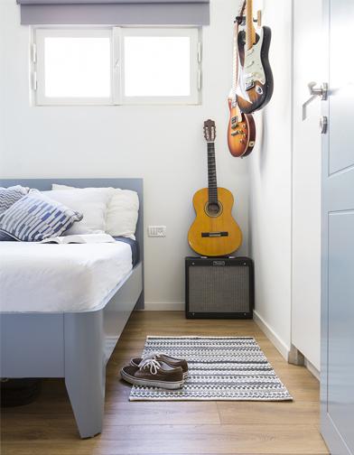חדר השינה של הבן הצעיר, חובב גיטרות. הארון בצד מכיל בגדים ונעליים, אך גם גלשן.