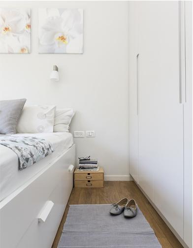 """ארון חדר השינה, כמו המטבח וכל הנגרות בבית, נעשה בהזמנה ומגיע עד תקרת הבית, 330 ס""""מ."""