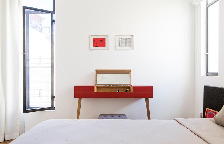 שידת האיפור בחדר השינה מורכבת מתא אמצעי שנפתח כלפי מעלה,  ובתוכו מונחים כל התמרוקים, וארבע מגירות צידיות לתכשיטים.