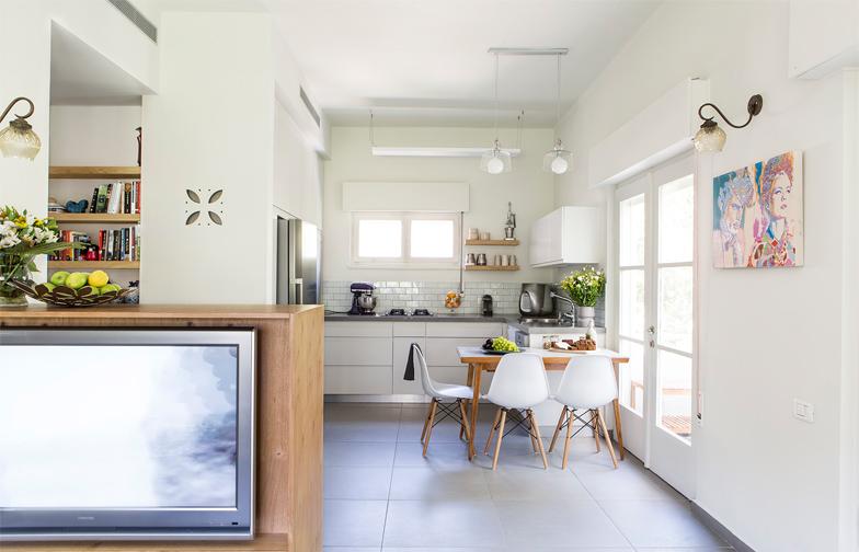 רהיט הטלוויזיה הינו רהיט דו צדדי. לכיוןן הסלון הוא מכיל את מסך הטלוויזיה והמכשירים. לכיוון המטבח הוא מכיל מדפים פתוחים ודלתות סגורות.