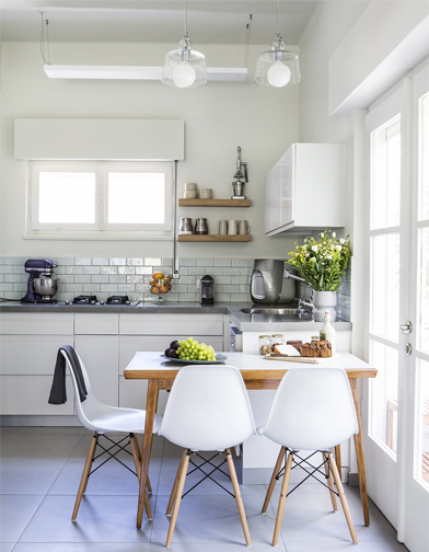 מבט אל המטבח. סקאלת הצבעים שנבחרה היתה מינמלית - אפור, לבן ותכלת בהיר, יחד עם אלון מבוקע בגוון טבעי.