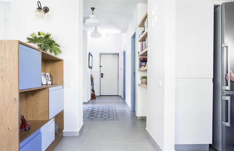 מבט מהחלל המרכזי לכיוון הכניסה. גוף תאורה שקוע של האמנית איילה בר שובץ בקיר המטבח.