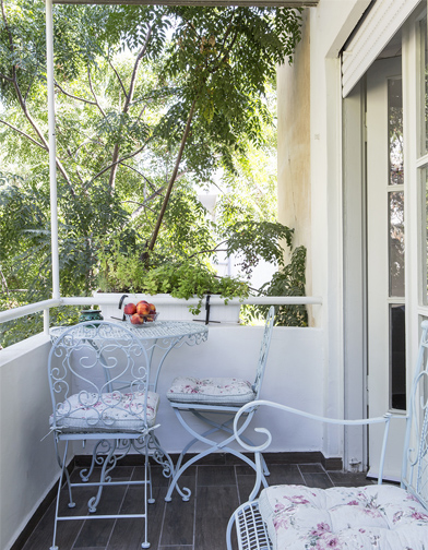 מרפסת תל אביבית טיפוסית, עם פינה בשביל הקפה של הבוקר.