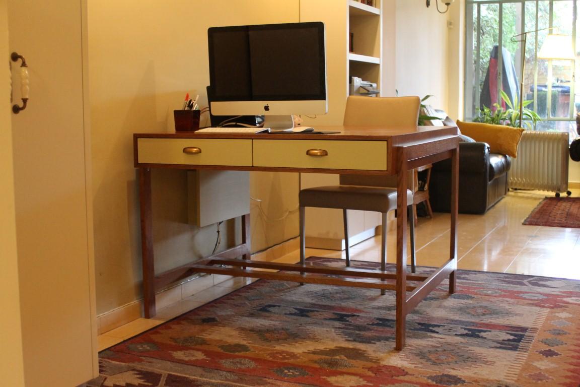 שולחן עבודה דו צדדי. צילום: גילי בן טוב
