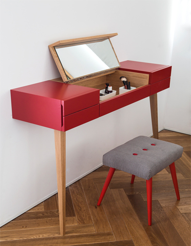 """הרהיט נשען על שתי רגלים ומחובר לקיר בחלקו האחורי. ההדום הוא פרי עבודתה של אביבית פורת, מ""""סיפור כיסוי""""."""