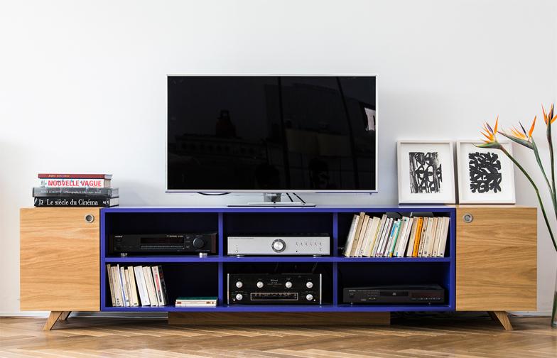 רהיט המדיה בסלון משלב אחסון פתוח וסגור, אלון טבעי וצבע בתנור.