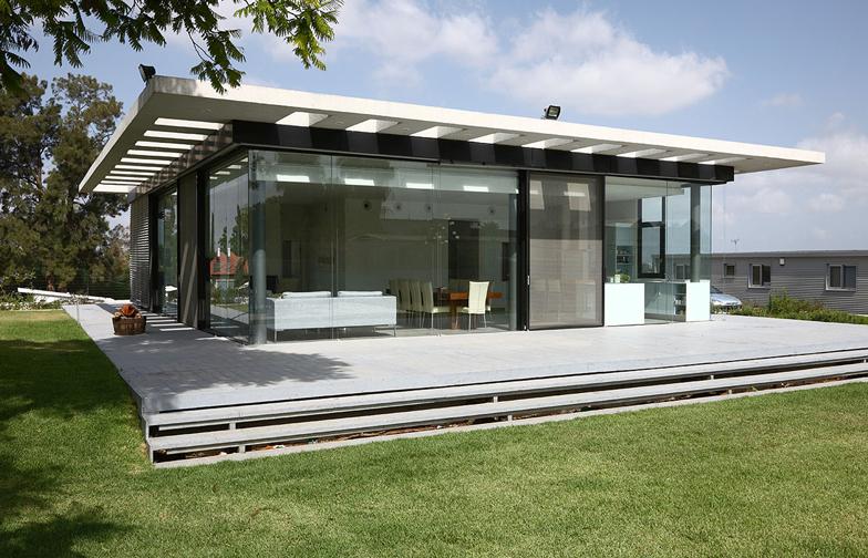 צילום: עוזי פורת - בית הזכוכית במרכז הארץ, תוכנן על ידי מיכאל - אקר אדריכלים. עיצוב הפנים שלי כולל  עבודות הנגרות, בחירת הריהוט וגופי התאורה. כמו שהשם מרמז, (כמעט) כל קירותיו החיצוניים עשויים זכוכית.