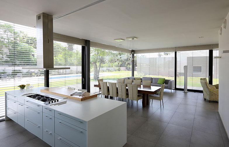 צילום: עוזי פורת - מבט מהכניסה לבית מקיף את מירב החלל הציבורי: המטבח, פינת האוכל והסלון.