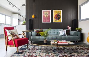 פנטהאוז של 85 מטר, המוקף משלושה צדדים במרפסת של 105 מטר עם נוף מרהיב. זהו הסלון של הבית, עם טפט חום כהה, ספה בטורקיז מבית אייטמס, וכורסא משוק הפשפשים ששופצה וחודשה. יניב פשפשים