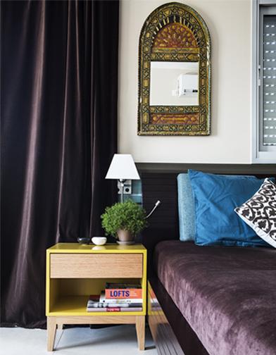 צילום: איתי בנית - לחדר השינה בחרתי צבעים עמוקים וטקסטורות עשירות. וילונות וכיסוי מיטה מקטיפה חומה, לצד מראה מרוקאית עתיקה ושידות צהובות.