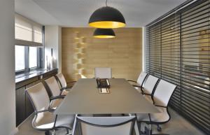 הקיר הראשי של חדר הישיבות חופה באריחי העץ היחודיים של Studio Itai Bar-On.