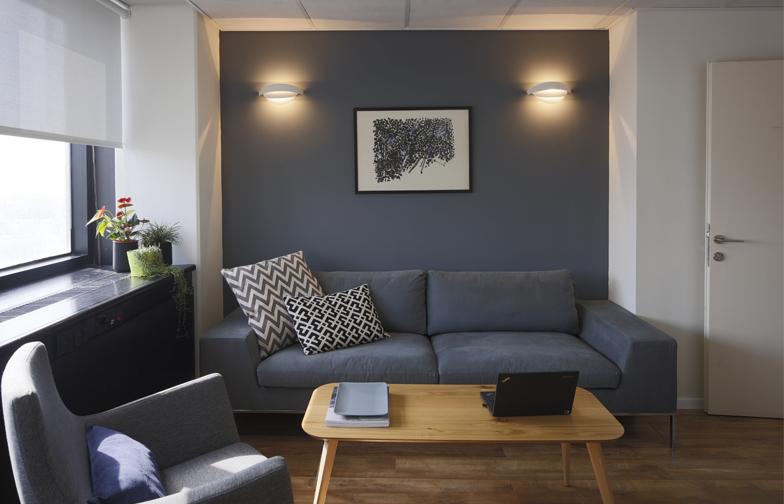 צילום: שי אפשטיין -  פלטת הצבעים העמוקה של כחולים מעושנים, אפורים ושחורים ממשיכה גם בחדרים, כאשר השימוש בעץ מאזן אותה.