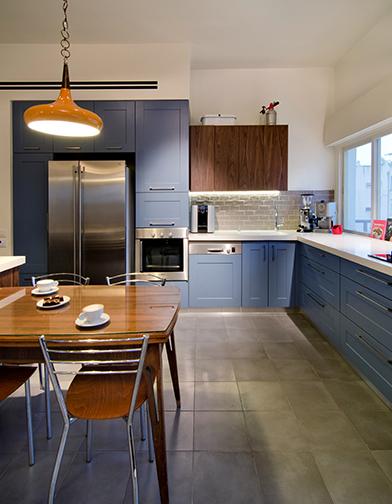 המטבח הכחול, בשילוב האי מפורניר אגוז, נעשה על ידי אמיר רווה מ'נגריא', כמו כל פריטי הנגרות בבית.  http://www.nagarya.net