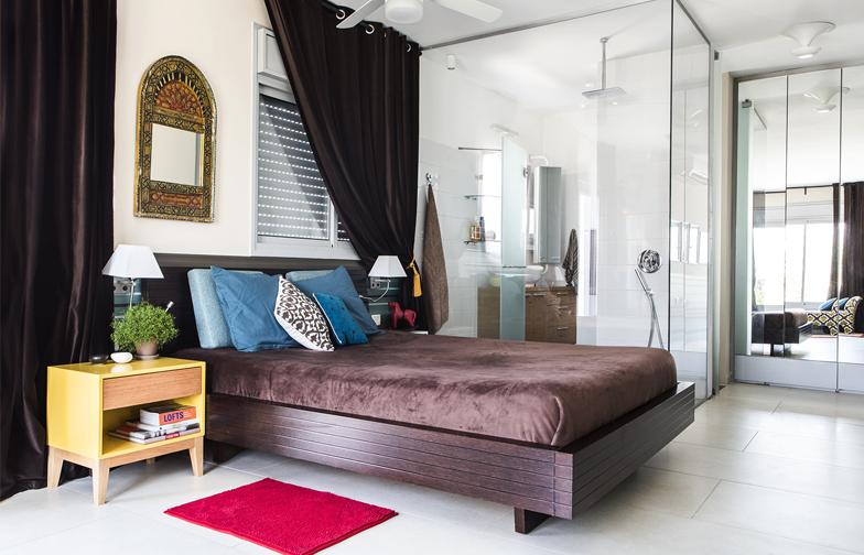 צילום: איתי בנית - חלל חדר השינה היה במקור שני חדרים. בתהליך הבניה הוא הוסב לחדר אחד גדול עם חדר רחצה בעל קירות זכוכית.
