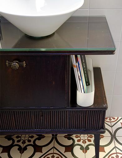 צילום: אילן נחום - ארון הכיור במקלחת הורים, היה גם הוא רהיט סלון בעברו.