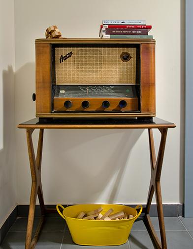צילום: אילן נחום - רדיו המנורות הישן היה מתנת יום הולדת והוא עדיין עובד לא רע. הרדיו מונח על שולחן צד שנרכש דרך יד 2.