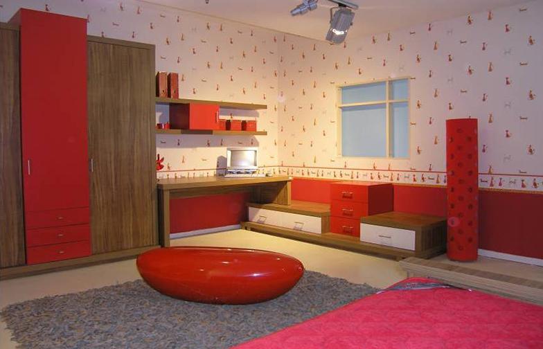 בחירות הטפט וההלבשה הפכו חדר מודרני לחם ומזמין. עבודה עם דלית קורמן.