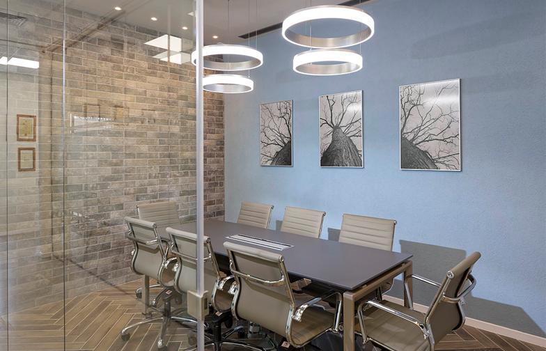 חדר הישיבות ממוקם במרכז המשרד, עם מחיצות זכוכית לשני כיוונים. ריצוף פישבון וחיפוי בריקים על הקיר מדגישים את הייחוד של החדר ביחס לחללים האחרים.