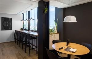 שני המטבחים הראשיים הם זהים במבנה שלהם. הראשון, נמצא בקומת הליטיגציה וקיבל אופי שובב ומודרני יותר.