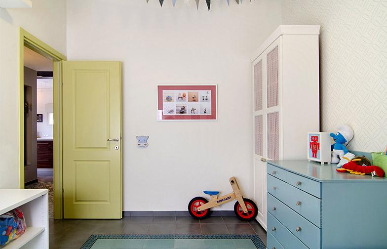 צילום: אילן נחום - עוד מחדר הילדים. עבודה של הצלמת אירית זילברמן על הקיר. כל דלתות הבית נצבעו בגוון ירקרק בהזמנה מיוחדת.