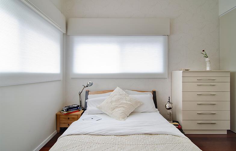 צילום: אילן נחום - חדר שינה הורים עוצב בגוונים בהירים ובטקסטורות עדינות. טפט על הקירות, וילון דואט שמאפשר מעבר אור ושומר על הפרטיות, והרבה פתרונות אחסון.