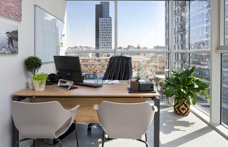 """משרדו של עו""""ד ירון אלי, שופע אור ונוף אורבני רמת-גני."""