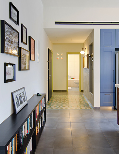 צילום: אילן נחום - מבט אל מבואת הכניסה והכניסה לחלק הפרטי של הדירה. שטיח מצויר נוסף מגדיר את שטח המבואה.