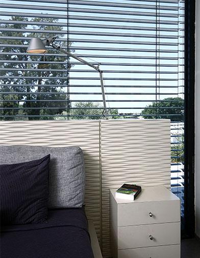 צילום: עוזי פורת - פרט של המיטה. מנורת הקריאה מותקנת גם היא בגוף המיטה.