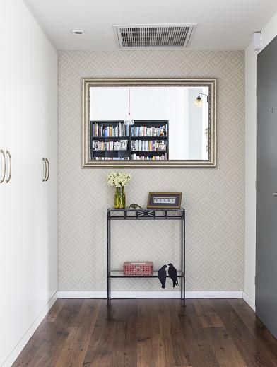 """בכניסה לביתם של נמרוד וטל הצבתי ארון לבן, עדין, באורך של 2 מטר. כשהמשפחה נכנסת הביתה, הם """"מתקלפים"""" מכל חפצי החוץ ושמים הכל בארון: מעילים, תיקים, נעליים, קסדות ועוד. הם אמרו לי פעם כי הארון הזה הוא ההצלה שלהם. (צילום: איתי בנית)"""