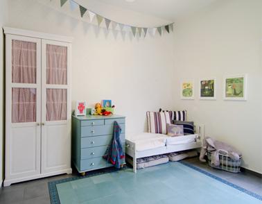 עבודות של המאייר האמריקאי מקס סטפנס בתוך מסגות RIBBA בחדר הילדים בביתי. צילום: אילן נחום