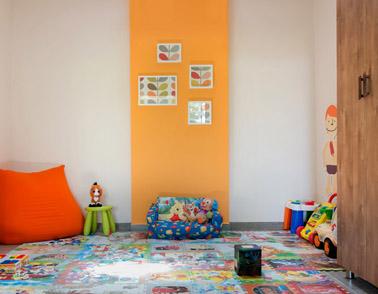 חתיכות של טפט ממוסגרות בRIBBA בחדר ילדים. צילום: אילן נחום
