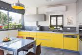הדירה, לבקשת הלקוחות צבעונית ושובבה, קלילה ומלאת הומור. במטבח ארונות בצבע צהוב חלמון ובאפור כסוף (מטבחי סמל).