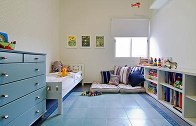 מרבץ כריות להתכרבלות, בין שידת בסטה ומיטת קריטר - שתיהן מבית איקאה. צילום: אילן נחום.