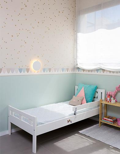 תראו עד כמה היא נעימה בפרופורציות שלה. בחדר ילדים יש כל כך הרבה פריטים שמושכים את העין. המיטה צריכה להשתלב בעדינות ורוך.