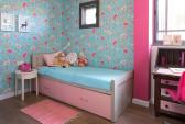 בחדרה של הבת נבחר טפט פרחוני מבית גולדשטיין גלרי טפט וסקלת צבעים בתכלת וורוד.
