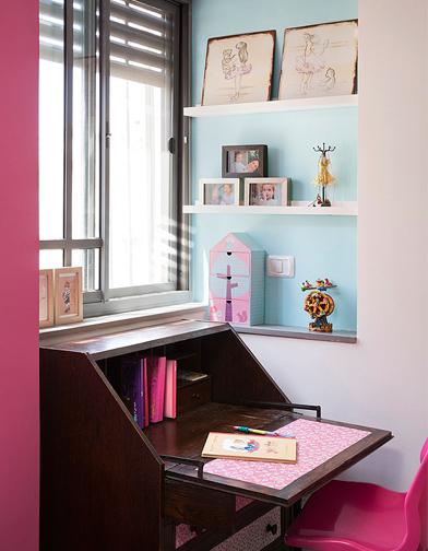 צילום: שי אפשטיין - מכתבה עתיקה עם ציפוי של בדים מודפסים ונישה בגוון תכלת, בחדרה של הבת.