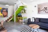 גרם המדרגות לקומה השניה משמש גם כפינת עבודה ביתית. גרם המדרגות מורכב משלוש שכבות: עץ אלון צרפתי, מדרגות ברזל צבועות לבן, ופינת עבודה בירוק תפוח. על הנגרות: נדב שליט