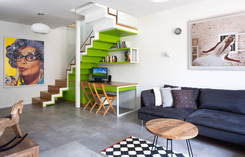 """צילום: שי אפשטיין - גרם המדרגות לקומה השניה משמש גם כפינת עבודה ביתית. גרם המדרגות מורכב משלוש שכבות: עץ אלון צרפתי, מדרגות ברזל צבועות לבן, ופינת עבודה בירוק תפוח. על הנגרות: <a href=""""http://www.nadavshalit.com/""""  target=""""_blank"""">נדב שליט</a>"""