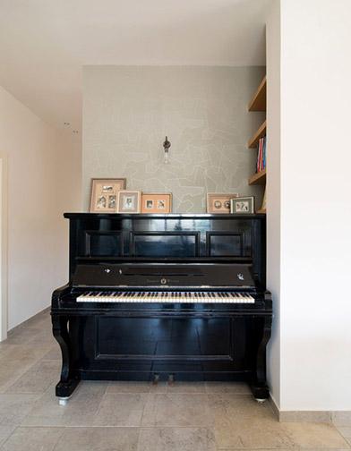 צילום: אילן נחום - הפסנתר מוצב מול המטבח, בנישה יעודית עבורו, ובמיקום מרכזי לחלל הציבורי.
