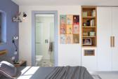 בחדר השינה תוכננו פתרונות איחסון פונקציונלים, הכוללים ארון פינתי, מדפי ספרים וסל כביסה. דלת הכניסה לחדר הרחצה היא דלת הזזה לתוך כיס, כדי לחסוך במקום..