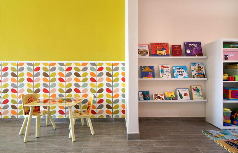 """צילום: אילן נחום - בחדר טפט צבעוני נפלא של המעצבת אורלה קילי, מ<a href=""""http://www.tapetim.co.il/""""  target=""""_blank"""">גולדשטיין גלריה טפט</a>."""