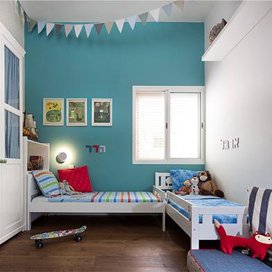 המיטות מסודרות בצורת ר' ותופסות כמה שפחות שטח משחק. צילום: שי אפשטיין