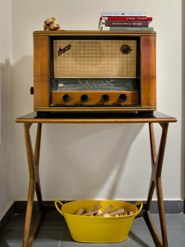 דלי מתכת אובלי בצבע צהוב משמש לאחסון חפצים והגשה. צילום: אילן נחום