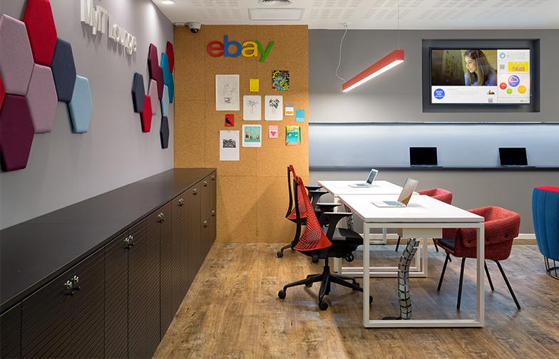 האריחים הצבעוניים על הקיר הם אקוסטיים, סופגים רעשים ומונעים הדהוד. יחד עם קיר השעם הם מוסיפיםפ ענין וצבע.