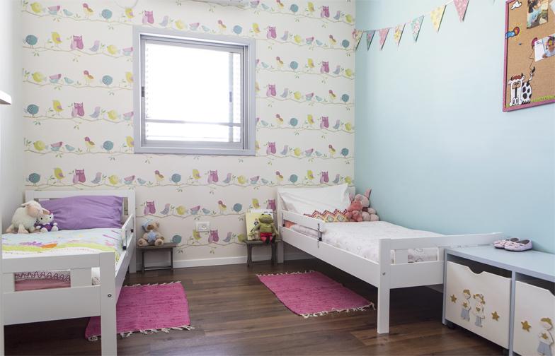 צילום: איתי בנית - חדר השינה של הבנות: טפט ינשופים מבית גולדשטיין, מיטות מעבר של איקאה וקיר טורקיז.