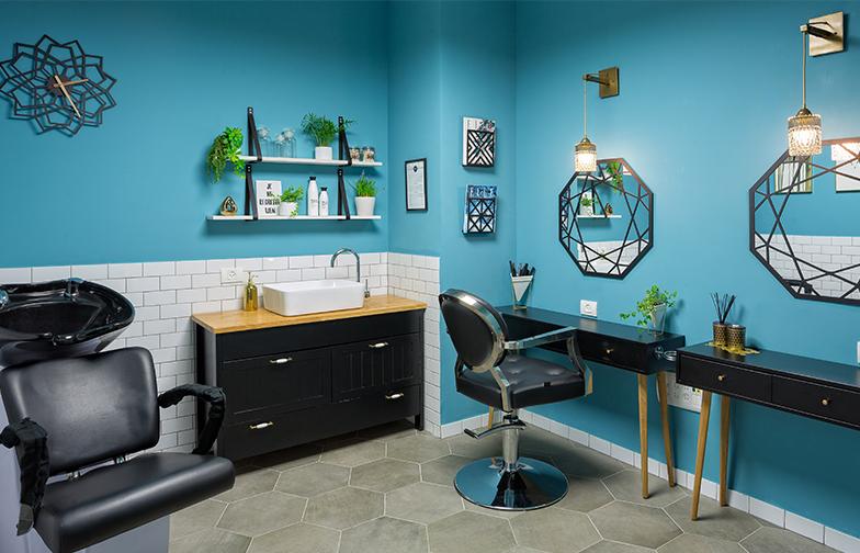 חדר המספרה / מניקור פדיקור. החדר מתפקד שלושה ימים בשבוע כמספרה , ויומיים כחדר מניקור פדיקור - לרווחת העובדים והעובדות.