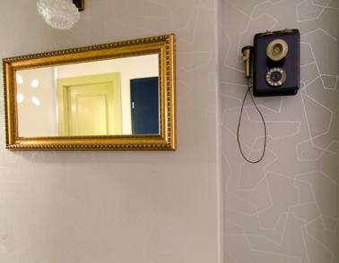 קיר הכניסה לבביתי. טפט גיאומטרי ומראה ממוסגרת בזהב (ורדיו עתיק שסחבנו על הגב מהודו, אבל זה כבר סיפור אחר...) צילום: אילן נחום