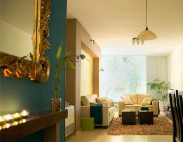 קיר טורקיז, מראת זהב מעוטרת בכניסה לדירה הרצליה. צילום: אילן נחום