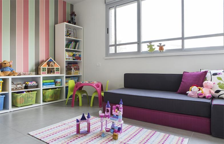 צילום: איתי בנית - חדר המשחקים של הבנות, עם טפט פסים, יחידות איקאה לאחסון,  ומרבץ-מיטה נפתחת לאורחים.