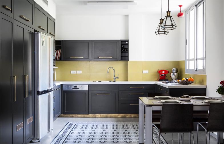 """צילום: איתי בנית - המטבח נצבע בצבע שחור, ובוצע, כמו כל הנגרות בבית, על ידי <http://baobab1500.wix.com/1500""""  target=""""_blank"""">גיל בן טוב</a>. ידיות נחושת וצוקל מפליז משלימים את המראה."""